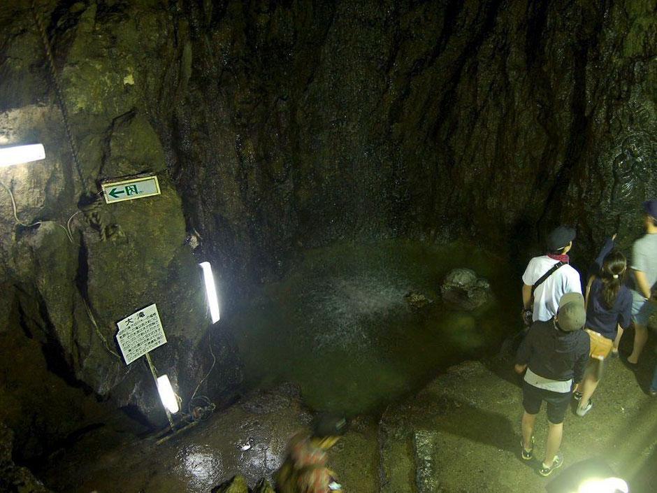 大滝鍾乳洞のシンボルでもある地底滝。話のタネに一度は見ておきたい