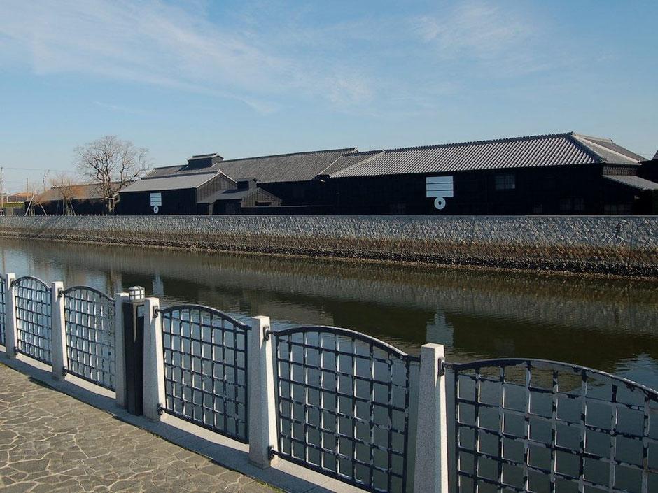 半田運河と黒板囲いの醸造蔵。シックな色づかいとミツカンマークが粋