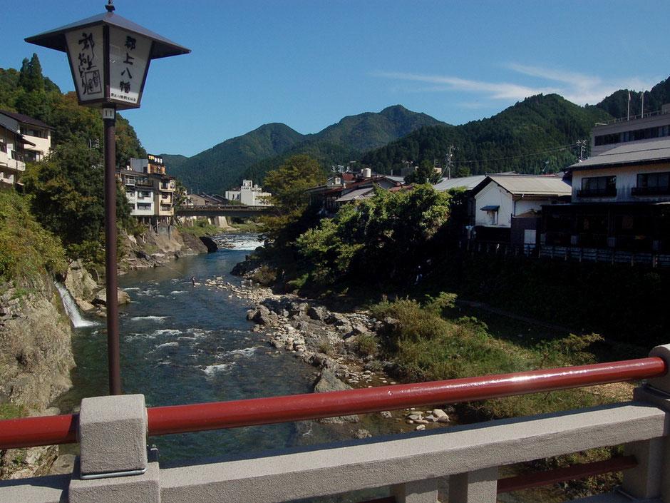 郡上八幡の中心を流れる吉田川。宮ヶ瀬橋の上から新橋を眺める