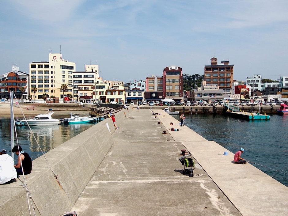 日間賀島の西港。休日にはたくさんの釣り人や観光客で賑わう人気スポット
