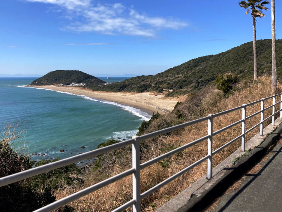 伊良湖岬の先端まで行ってみる。湾曲した浜辺が恋路ヶ浜