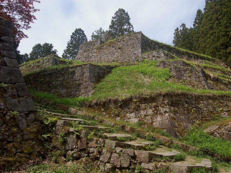 六段壁と呼ばれる岩村城・本丸虎口の大規模な石垣。一見の価値あり