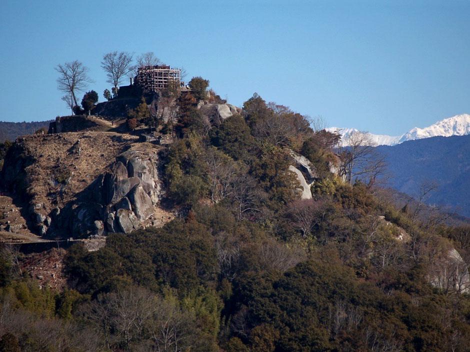 寒い時期でも観光客が多い苗木城跡。雪の中央アルプスが遠くに見える