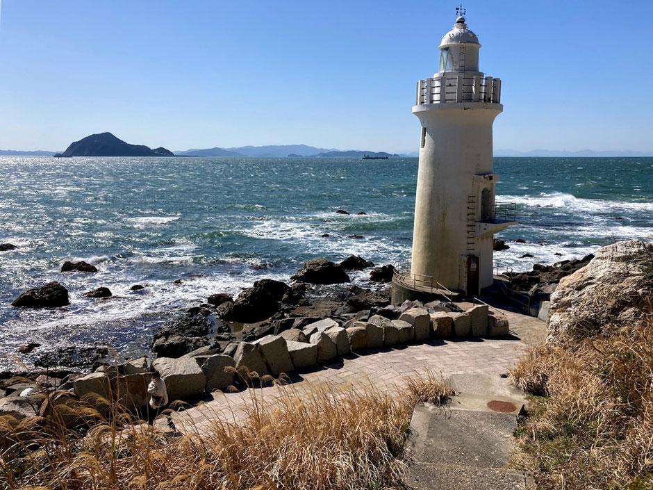 伊良湖岬のシンボル、伊良湖岬灯台。海に浮かぶのは三重県鳥羽市の神島