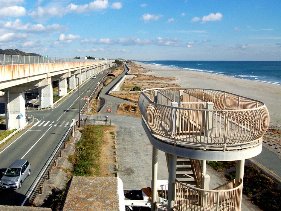 広々とした遠州灘(太平洋)と潮見バイパスの風景。手前は野生生物観察用の展望台