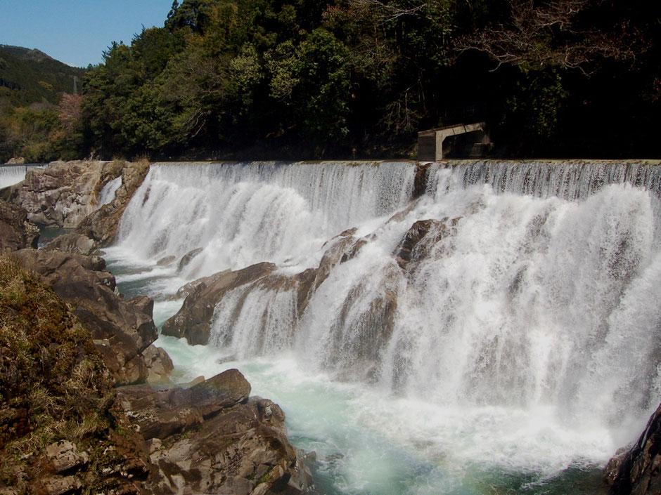導水路の正式名は長篠堰堤余水吐(よすいばき)。幅広い越流がまるでナイアガラの滝