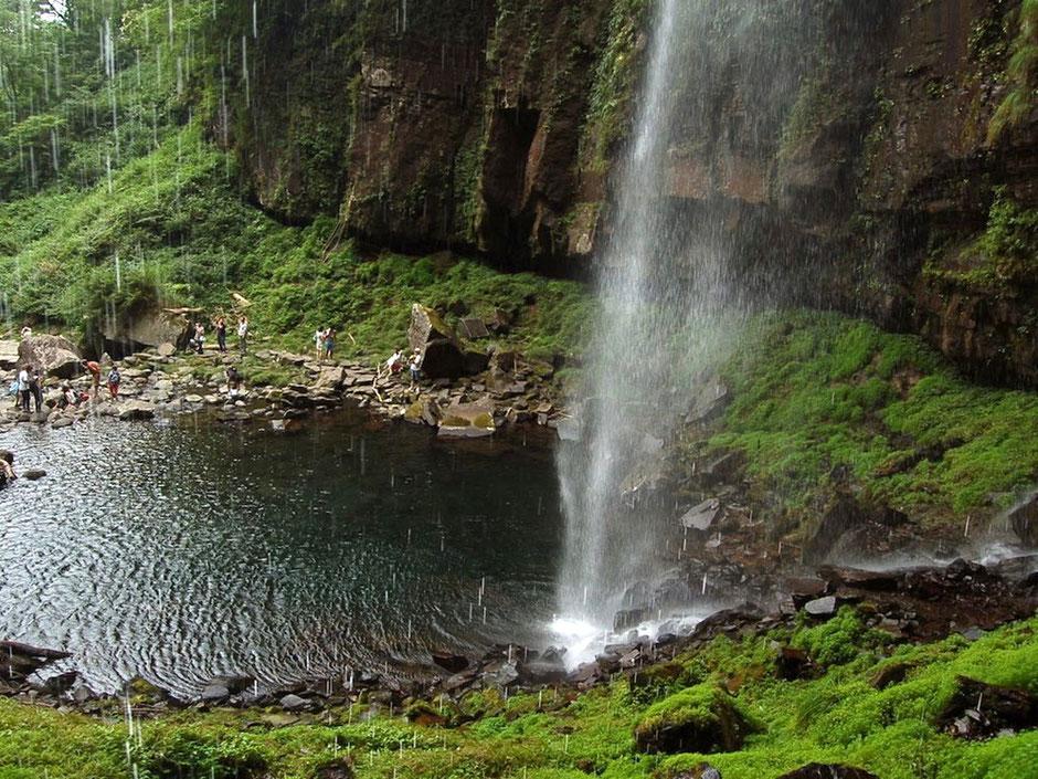 阿弥陀ヶ滝の裏側に回り込んで、水しぶきを浴びながら滝壺を見下ろす