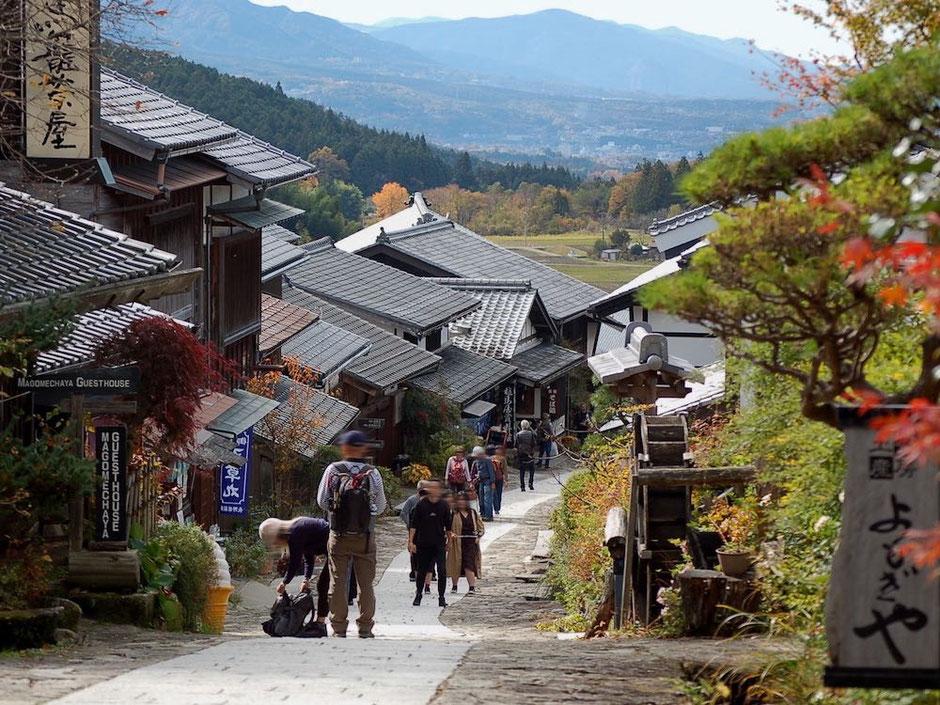 坂に沿ってできた馬籠宿。折り重なるような屋根や石畳の雰囲気がいい