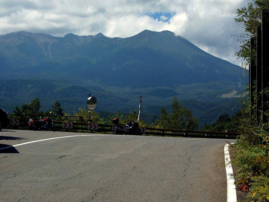 開田高原の九蔵峠で休憩。目の前に御嶽山がデ〜ン。道端には展望所もアリ