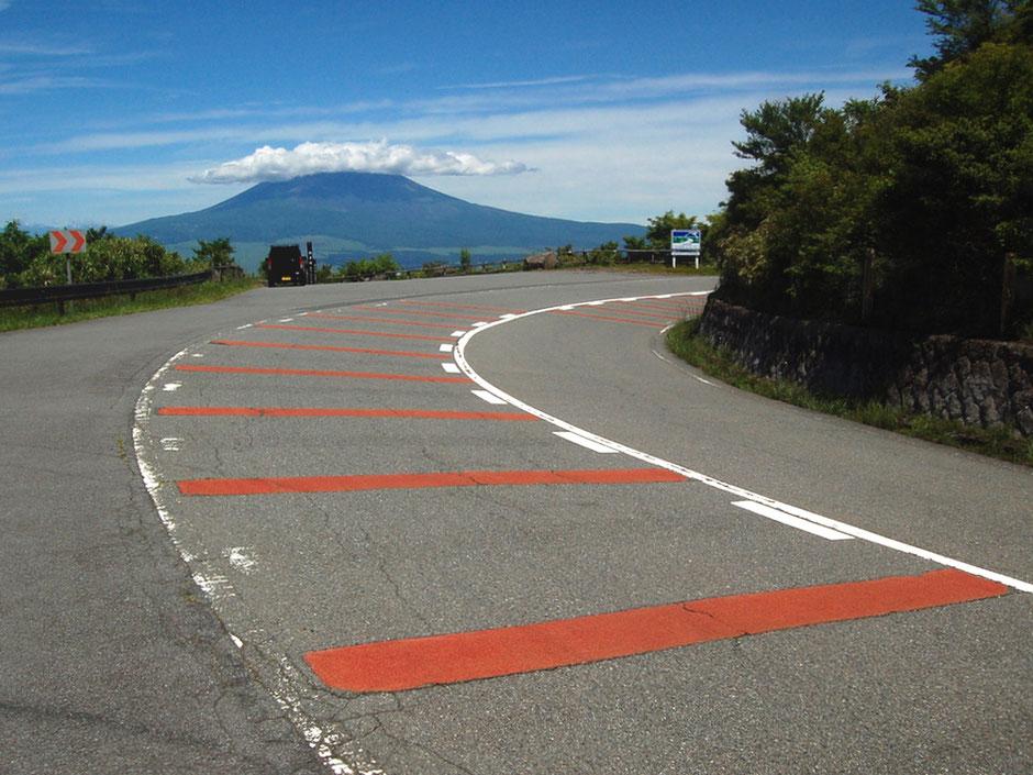 正面にそびえる雄大な富士山。天気の良い日に走りたい芦ノ湖スカイライン