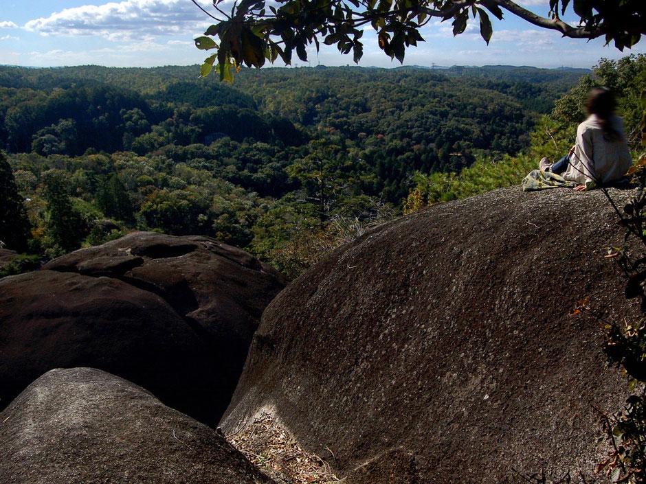 巨大な蓮華岩はまるで展望台。地平線まで東濃の森が広がる