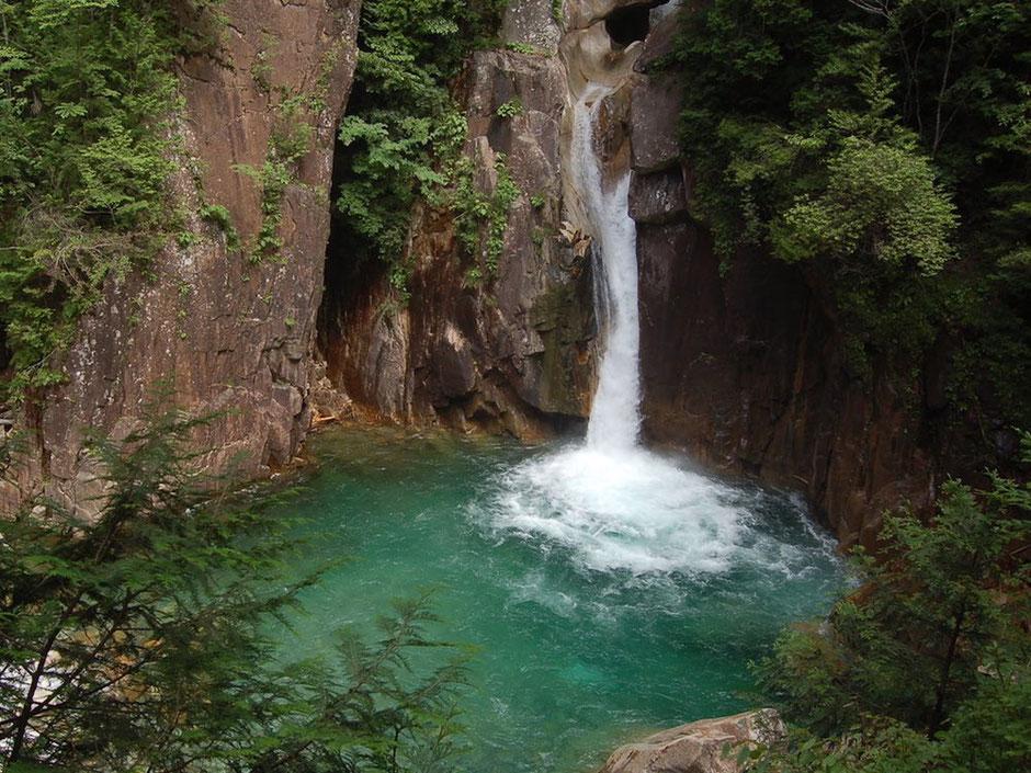 花崗岩の崖に囲まれた牛ヶ滝の滝壺。底が透けて見えるくらいの透明度