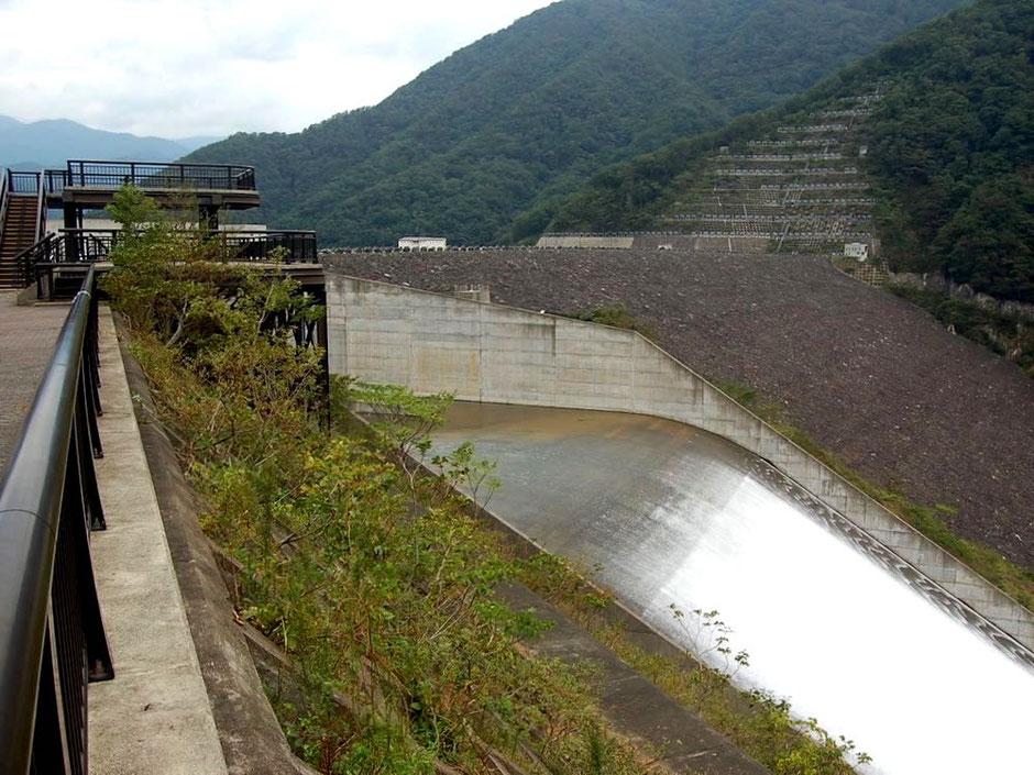 堤体にたくさんの岩石が貼り付けられた徳山ダム。手前に見えるのは洪水吐きゲート