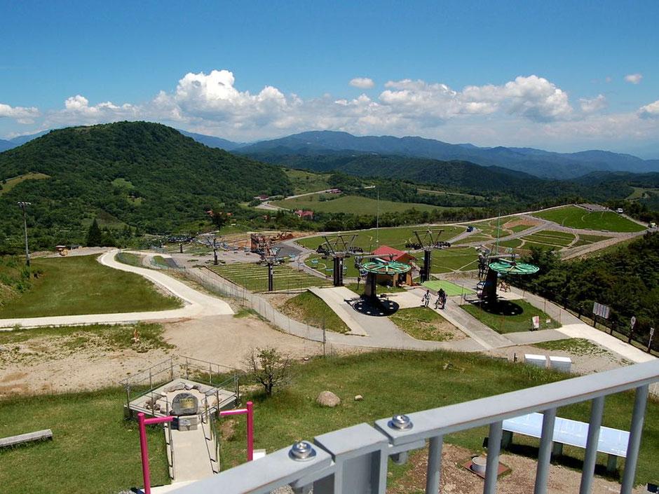 萩太郎山の展望台から茶臼山高原をみる。左奥にあるのが茶臼山の頂