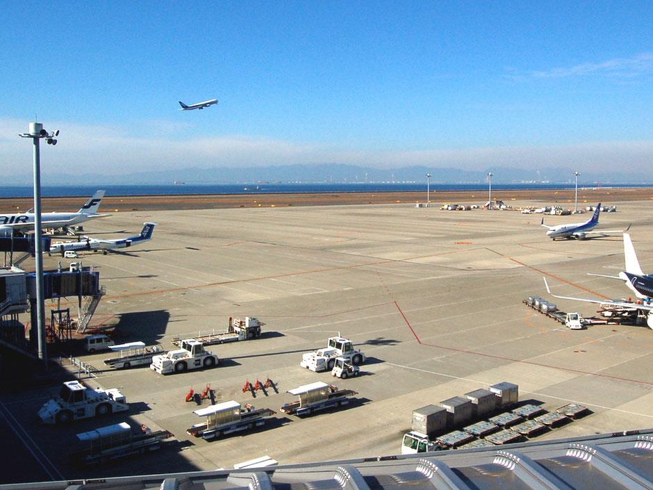 スカイデッキの根元辺りから国内線の駐機場と、離陸していく旅客機を見る
