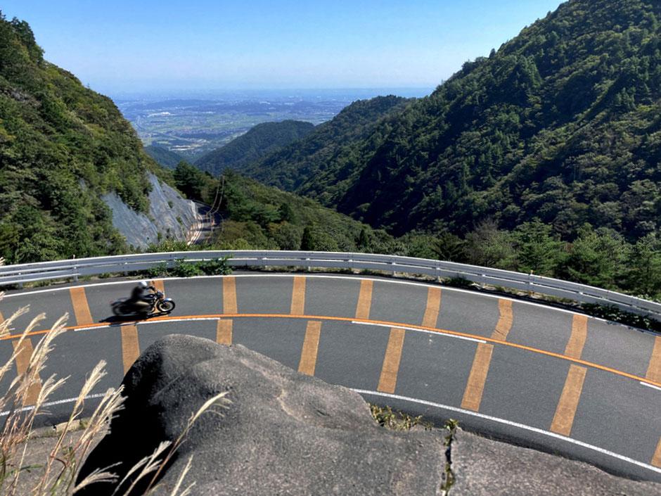 鈴鹿スカイラインの三重県側からの眺望。鈴鹿山脈の間から遠く伊勢湾が見通せる