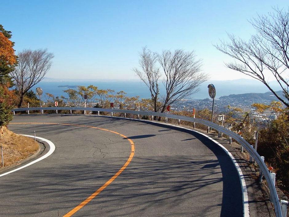 三ヶ根山スカイラインを走ると、コーナーの先に三河湾の美しい風景が現れる