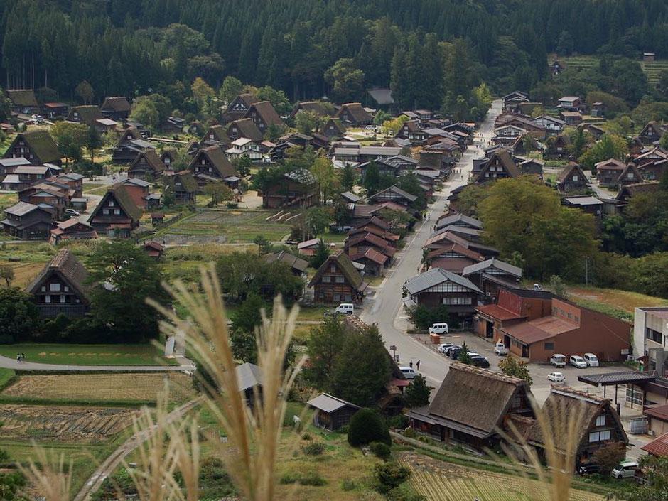 荻町城跡展望台からの眺め。合掌造りの民家が残っているこの集落の中を散策
