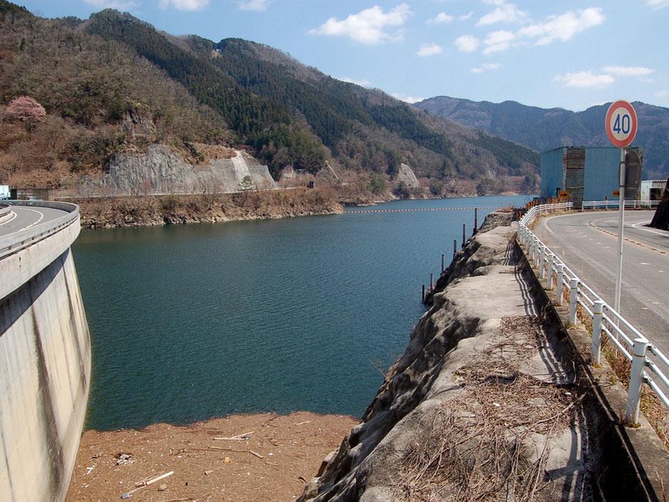 写真左端に見えるのは矢作ダムの堤頂道路。右端は愛知県側に続く県道356