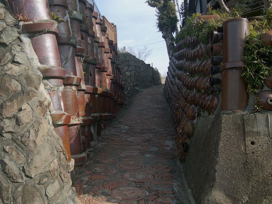やきもの散歩道の土管坂。壁に常滑焼の土管や焼酎瓶が埋め込まれている