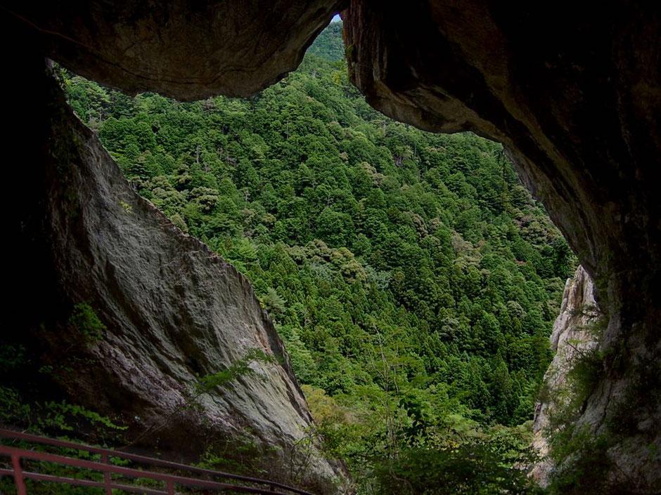乳岩洞窟から外を眺める。冒険心がくすぐられるシーンだ