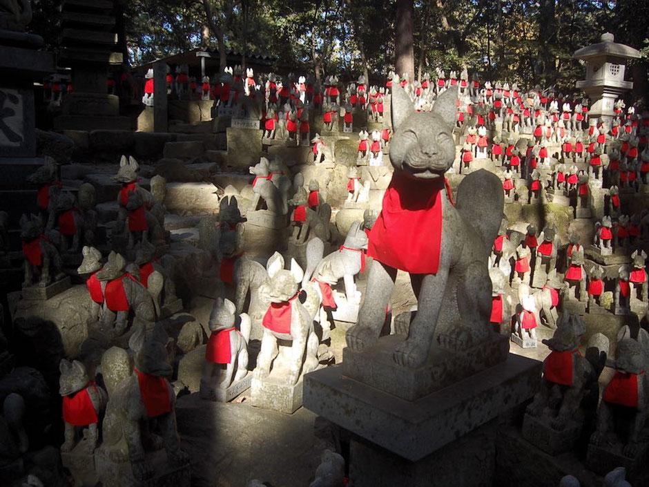いろいろな表情のお狐さんが奉納されている霊狐塚は、豊川稲荷の有名スポット