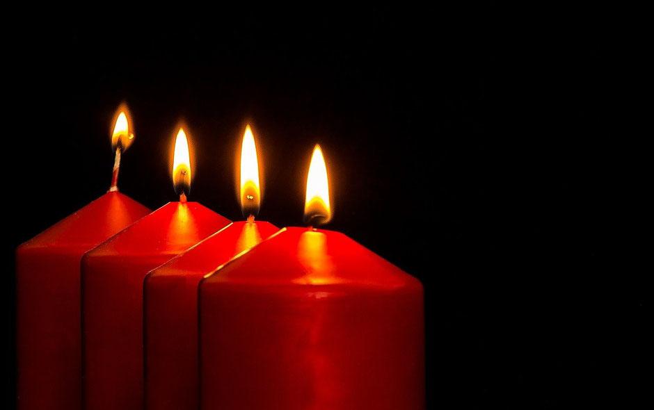 4 brennende Kerzen