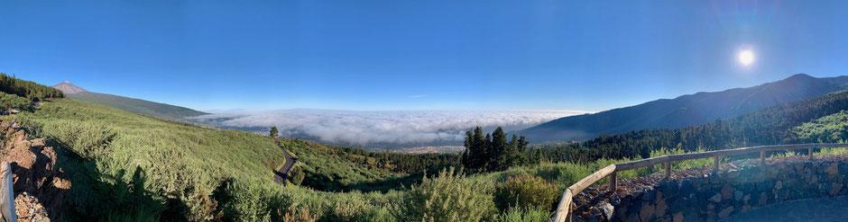 Panorama mit Vulkan Teide und wolkenverhangenem Tal La Orotava