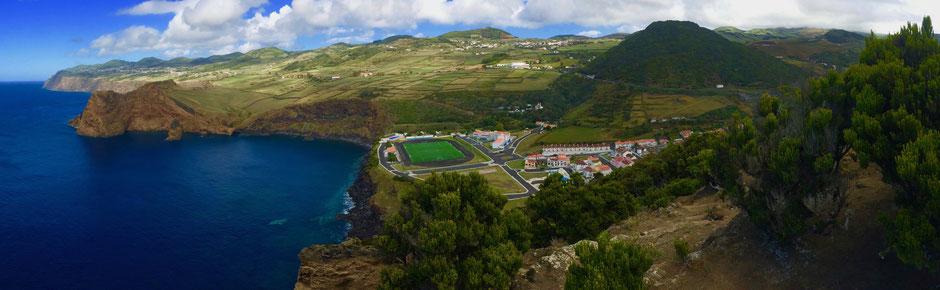Der Fußballplatz von Velas - Wie viele Bälle hier wohl bereits im Meer verschwunden sind?