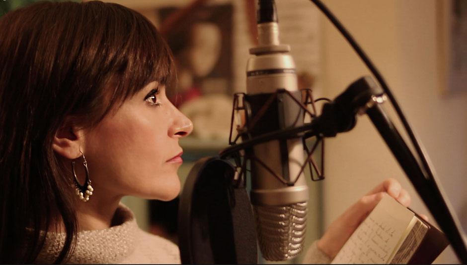 Sara Marina grabando voces en los cuentos del Cd La Pequeña Juglaresa