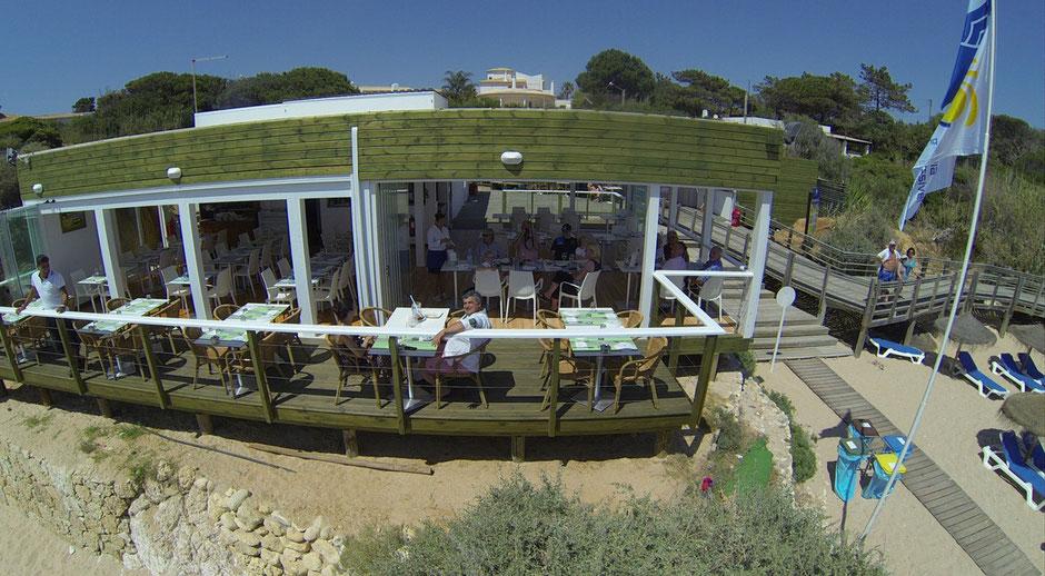 Restaurante Praia do Lourenço,Guia,Albufeira,Algarve,Portugal geeignet für Familien,Kinder am Strand und Erwachsene am Cocktail Drinken