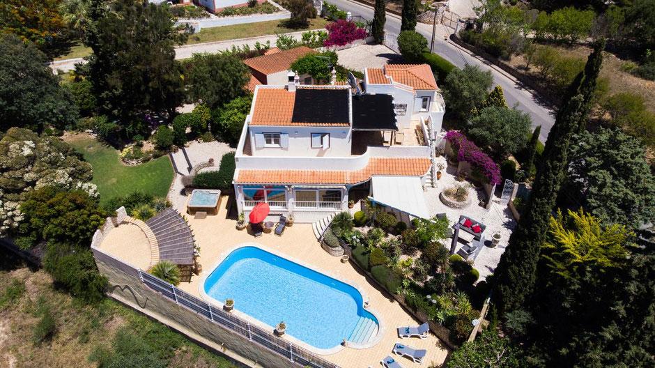 Vila Casa Madrugada in Carvoeiro,Lagoa,Algarve,Portugal,perfekt für Urlauber die an die Algarve Ferien haben und eine Vila brauchen mit Pool,Zimmer,Badezimmer,Jaccuzi und noch mehr.