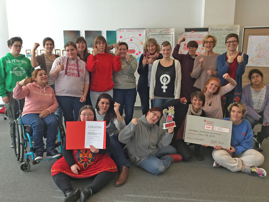 Die Ausbildungsgruppe frauen.stärken.frauen und die Teamleiterinnen Dr. Rosa Schneider und Elena Leniger