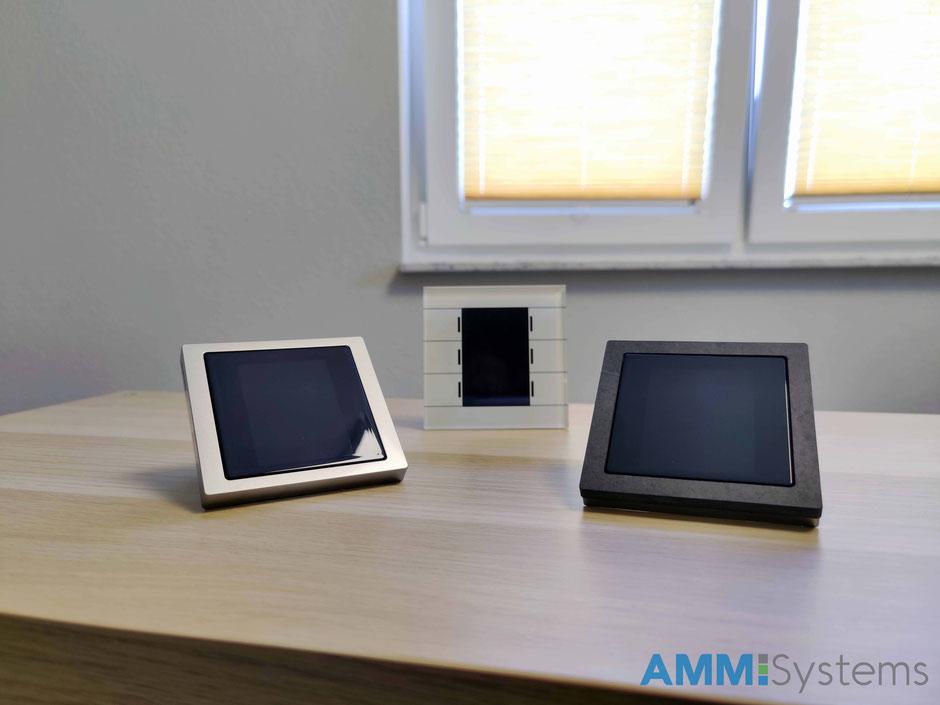 Der Merten Multi Touch Pro benötigt für die Montage noch einen passenden Rahmen, der in verschiedenen Ausführungen erhältlich ist. Beim MDT Glastaster 2 (in der Mitte) entfällt der Rahmen, was Vorteil und Nachteil zugleich ist.