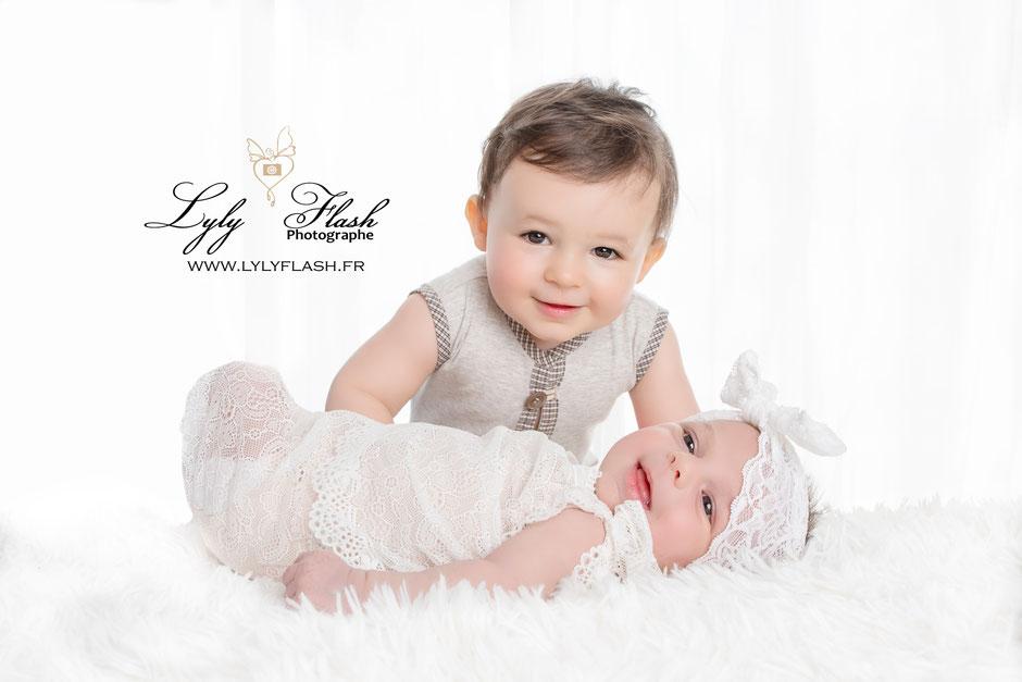 Séance photo naissance frere et soeur. Photographe pour nouveau-né en studio près d'aix en provence Nice Monaco