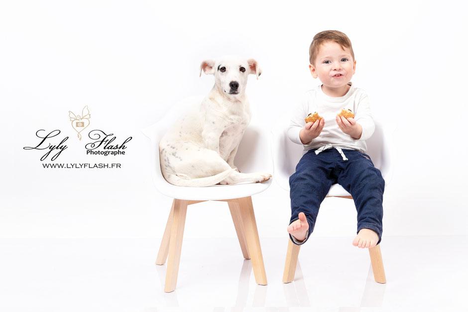 photo bébé et chien . le chien est bon pour la santé de bébé