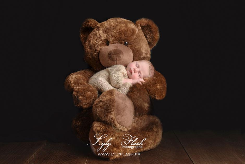 photographe près de saint zacharie. bébé dort sur sa grande peluche, une photographie tout en douceur par lyly flash #lylyflash #photographe