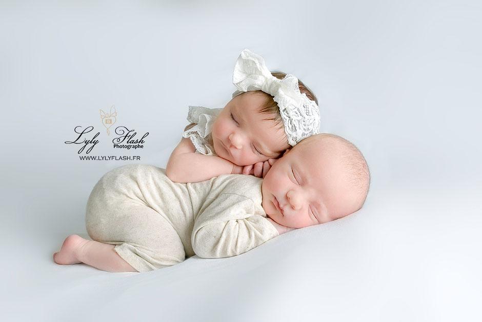 photographe naissance bébé jumeaux fille et garçon en newborn posing