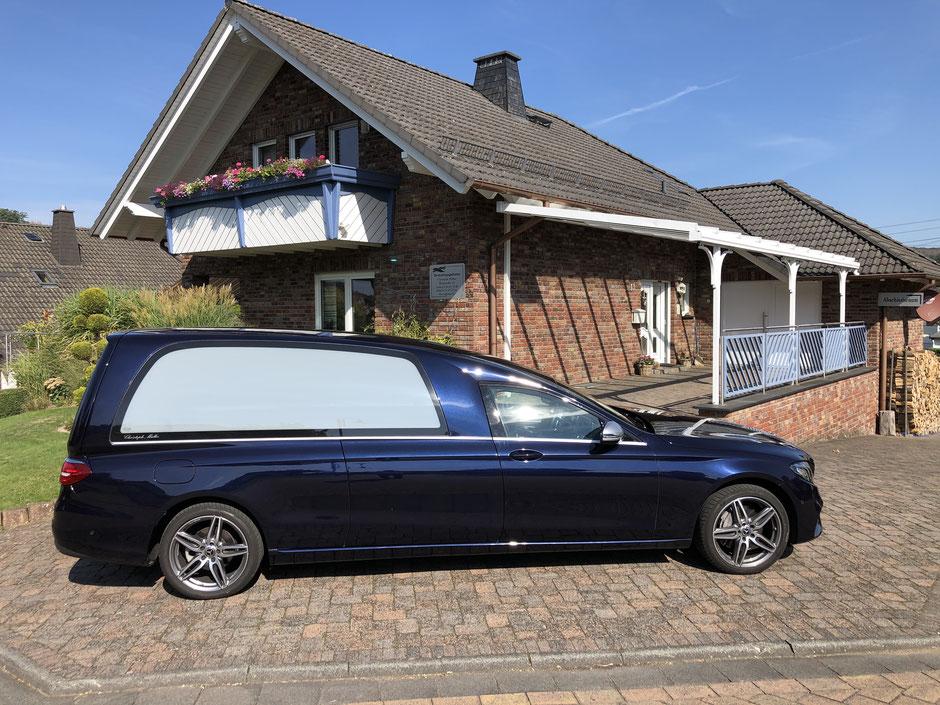 Unser moderner Bestattungskraftwagen (Mercedes Benz E-Klasse)