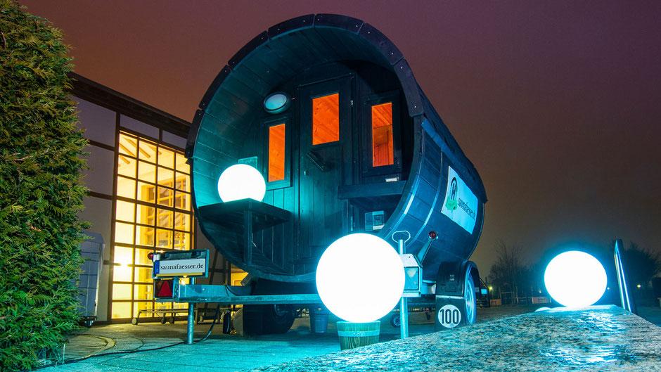 Mobile Holzsauna bei Nacht im Wellness Hotel Robinson Club.