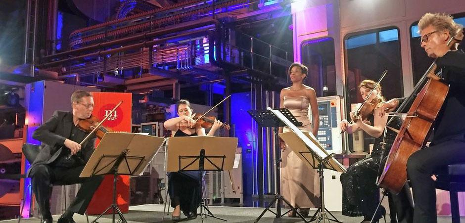 Sopranistin Christina Clark (Mitte) und das Minguet-Quartett (von links: Ulrich Isfort, Annette Reisinger, Aroa Sorin, Matthias Diener) in der Druckhalle des Trierischen Volksfreunds.