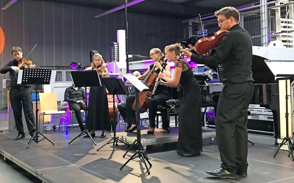 Ungewöhnliche Kulisse für Kammermusik: Das Berolina Ensemble spielte in der Halle der Firma Natus in Trier. FOTO: TV / Thomas Roth