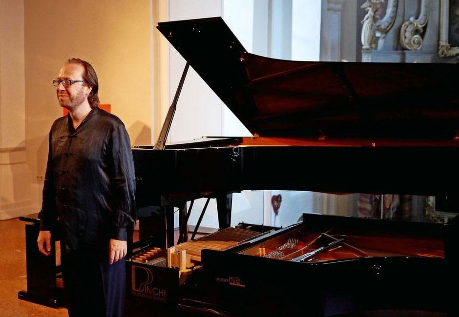 Pianist Roberto Prosseda am Pedalflügel.