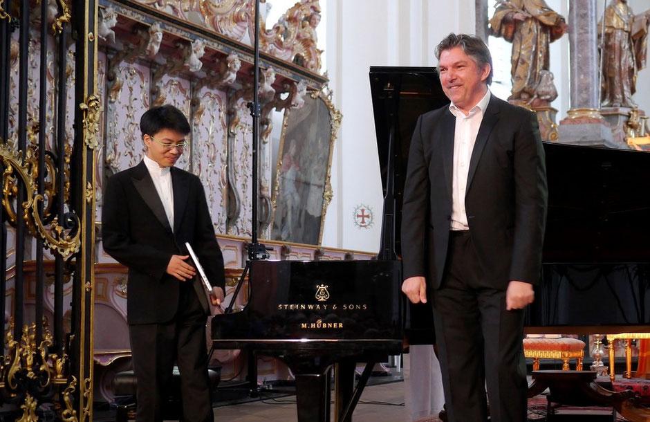 Halten sich in der Paulinkirche in Trier eng an die Vorlage von Johann Sebastian Bach: Bariton Thomas Bauer (rechts) und Pianist Kit Armstrong.