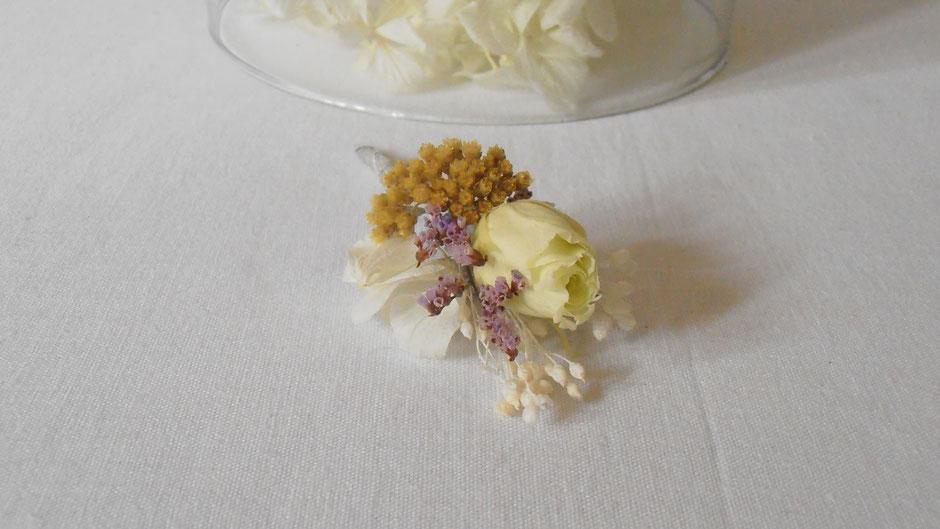 Boutonnière de mariage création de La cinquiéme Saison, en fleurs séchées et stabilisées. Boutonnière assortie à la couronne de fleurs séchées collection Camille.