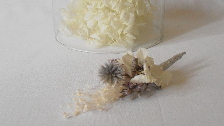 Boutonniere assortie à la couronne de fleurs sechees de la collection Ombeline, création de La cinquième Saison, artisan fleuriste spécialisé en fleurs sechees et stabilisees francaises
