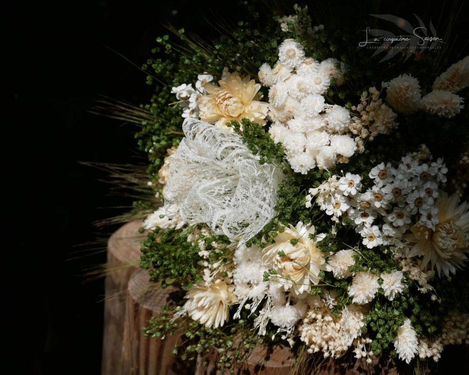 Bouquets de fleurs séchées et stabilisées avec les accessoires assortis pour la mariée et les demoiselles d'honneur. Créations faites main, en France.
