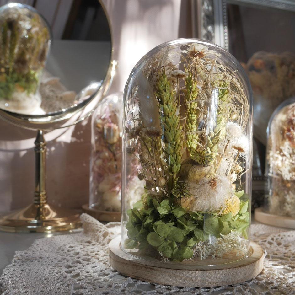 Fleurs séchées sous cloche de La cinquième saison. Cloches de fleurs inspirées des globes de mariée anciens : pièces uniques de créatrice.