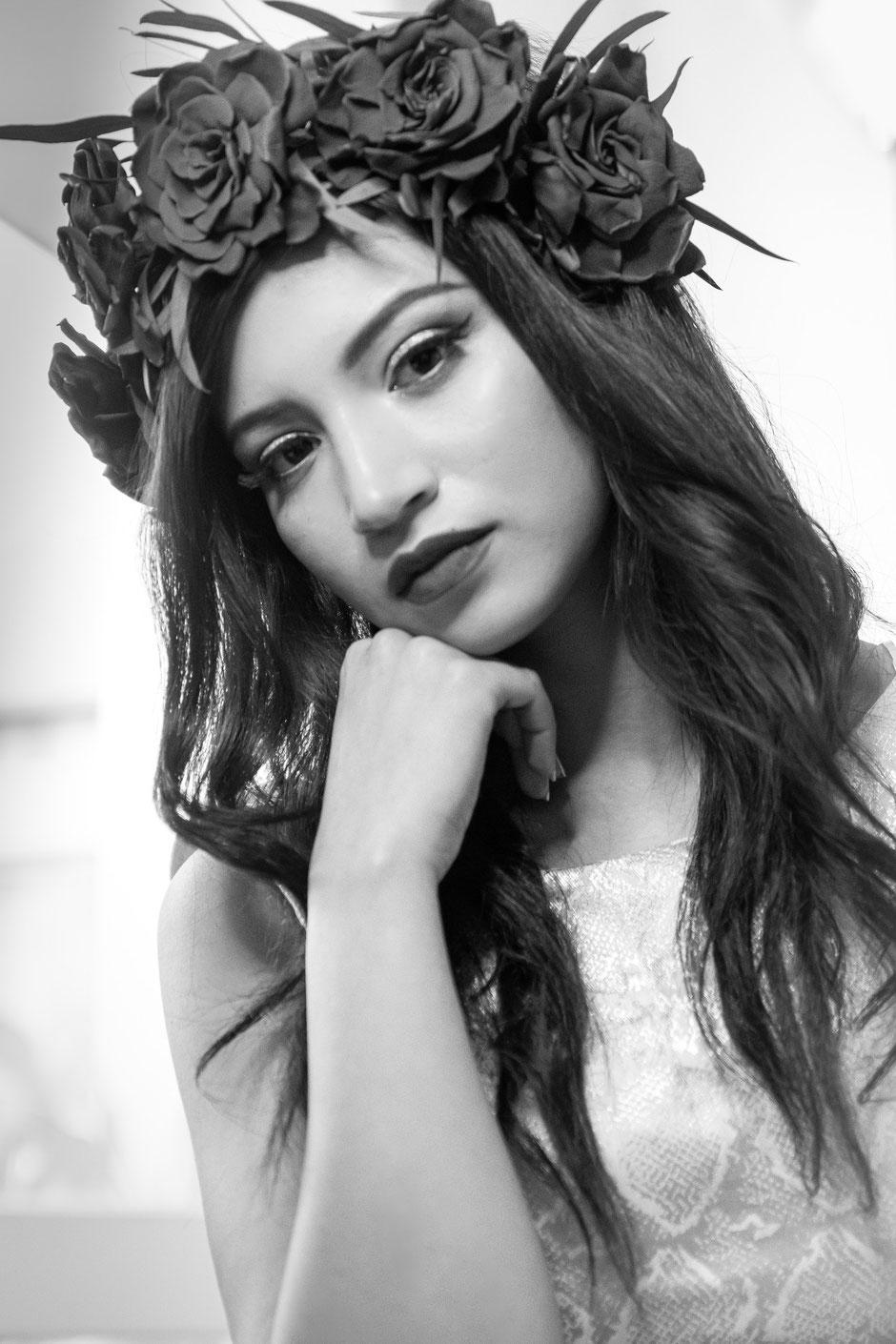 Couronne de fleurs de gardénia stabilisé par La cinquieme saison. Photo en noir et blanc.