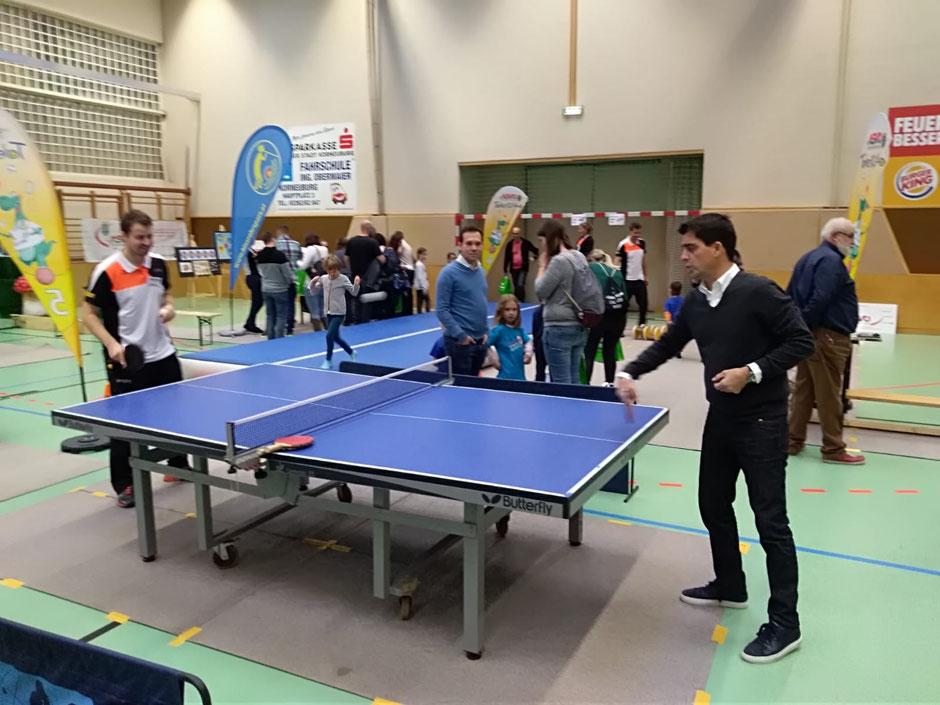 Unter den Gästen war auch Korneuburgs Bürgermeister Christian Gepp, der mit unserem Bundesliga-Ass Martin Kinslechner Tischtennis spielte.